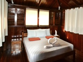 Octagon House, bedroom with queensize bed