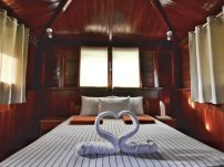 Octagon House, queensize bed